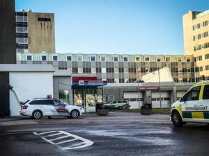 Akutmottagningen i Västerås har förstärkt bevakning av polis och väktare. Det är numera en rutinåtgärd från sjukhusets sida efter grova våldsbrott.