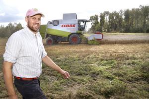 Henrik Schmitterlöw på Berga gård i Hallstavik är nöjd med årets skörd så här långt. Höstvete och höstraps ger bra i år, men det finns en hel del spannmål kvar att skörda.