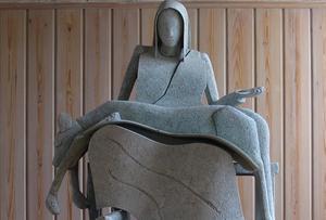 """Sedan tidigare finns en permanent skulptur, """"Pietá"""" av Lenny Clarhäll placerad i Gryts kyrka sedan 2013. Konstnären passar på att förtydliga att den inte har att göra med den nu aktuella festivalen. Bilden är beskuren. Foto: Privat"""