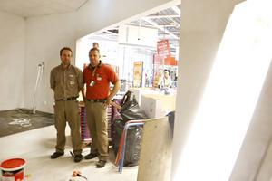 Staffan Ahlqvist, butikschef inspekterar bygget av den nya apoteksavdelningen tillsammans med kollegan Pär Nordström.
