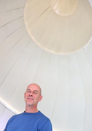 Konstnären Mats Bigert inne i Solsnäckan.