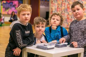 Även om det är kul med lego kan man bli rätt slut efter en dags byggande. Från vänster 8-årige Manne Lilja från Rossön, 8-årige Erik Trewe från Backe, 9-årige Albin Bryntesson från Rossön och 8-årige Kiam Garefeldt från Rossön.