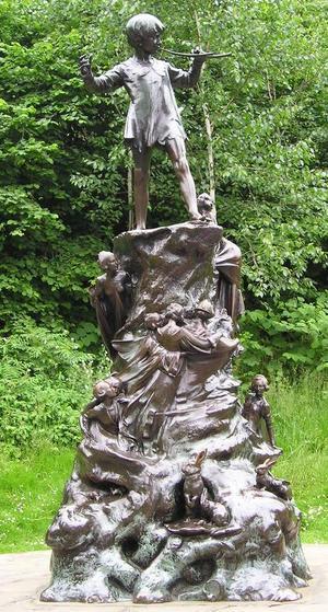 Peter Pan står som staty i Kensington Gardens i London. Foto: Wiki Commons
