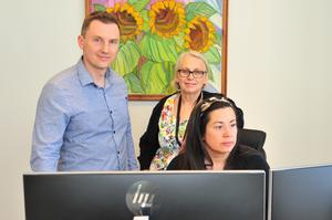 Kommunikationschef Pierre Klasson, kommunikatör Ywonne Gill och biblioteksassistent Caroline Wiklund arbetar med att sprida information till kommuninvånarna.