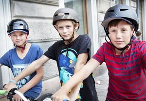 Benjamin Callenmark, 13, Alexander Berglund, 13 och Axel Brännström, 12, från Gävle:– Det är väl inget större problem att cykla inne i stan. Man får hålla sig till cykelvägen och se till att man får ögonkontakt med den som kör bil. När vi var mindre så klev vi alltid av cykeln innan vi cyklade över övergångsstället, men nu tittar vi mer efter om det kommer några bilar eller om det är fritt. Det är inte svårare än att cykla där man får och att alltid använda hjälm.