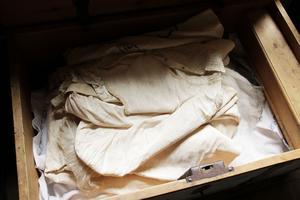 På vinden har Josephina kistor med underkläder i linne.