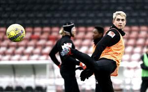 Det var svårt att känna igen Viktor Tranberg när han dök upp på ÖSK:s träning. Den 21-årige dansken är numera blonderad.