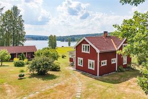 Om- och tillbyggd villa med altan mot sjösidan med fint soligt läge.Fastighetsbyrån