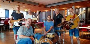 Daniel Gullö, bas och sång, Pieter Hounslow gitarr och sång, Filip Fjellström, trummor, Mats Eriksson, klaviatur och sång,  Henrik Cevert, gitarr och keyboard samt sångaren Göran Wiklund sittande längst fram.