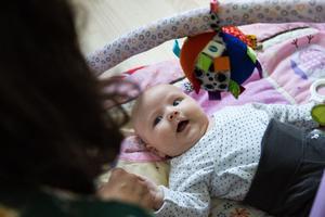 Lille Henry har flera drag från sin mamma – som liknande öron och läppar.