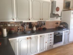 Bara köket går i vitt och svart.