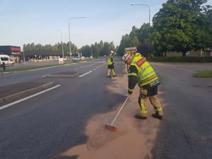 Räddningstjänsten sanerar där utsläppet av drivmedel inträffat. Foto: Torbjörn Wåhlin.