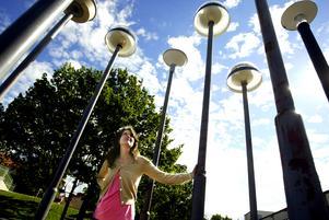 Anna Kindgren en av konstnärerna bakom konsten på OP-skolans skolgård 2005. När skolan nu renoveras påverkas skolgården. Statens konstråd bidrar med pengar för att återställa skolgårds-konstverket. (Arkivbild från 2005)
