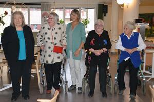 Här är konstnärerna uppradade inför presentationen. Eva Underdahl, Elsa Forslin, Birgitta