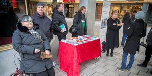 Lena Larsson, ordförande i Fontänhus Jämtland Härjedalen, med Fredrik Jarefors från den lokala intresseföreningen på Stjärntorget i Östersund under världsdagen för psykisk hälsa.