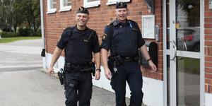 Heby kommuns nya kommunpolis Jörgen Wilestedt (till vänster) och kommunpolisen i Älvkarleby kommun, Bengt Eriksson (till höger). Foto: Arkivbild
