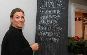 Elizabeth Genberg skriver upp menyn för kommande vinterfika.
