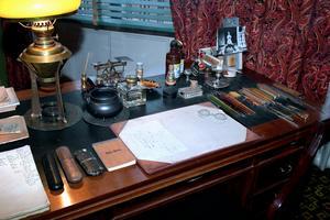 På det nu nogsamt städade skrivbordet råder en minutiös ordning.Foto: Janerik Henriksson/TT