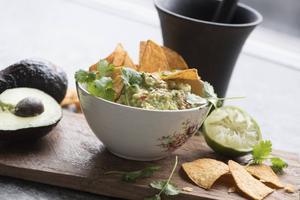 Välj riktigt mogen avokado när du gör guacamole och hoppa över mixern. Det blir godast när man mosar för hand.   Foto: Fredrik Sandberg/TT