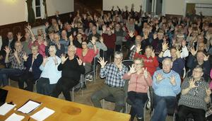 Det var fullsatt på Hofvet i Vallsta. Alla höll upp sju fingrar symboliskt för att visa sitt stöd till att samtliga sju familjemedlemmar ska få stanna i Sverige.