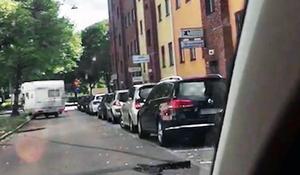 Husbilen på väg upp på gräsmattan på Domkyrkoesplanaden.  Bild från vittnets filmklipp.
