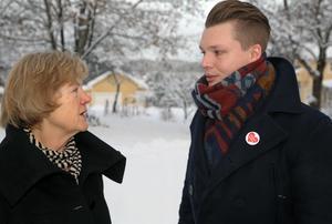 Kerstin Svensson (M) och Johan Andersson vill väcka frågor om bland annat miljökonsekvenserna till följd av de strukturella förändringarna vid Sollefteå sjukhus.