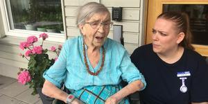 Anna-Greta Carlsson får mycket stöd och hjälp från Viveca Johansson på äldreboendet Balders båge.