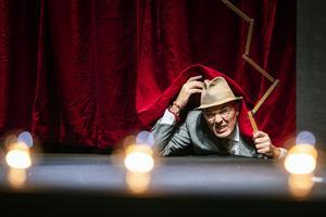Åke Arvidssons Arne har kommit på att man kan ta sig in på teater gratis om man tar sceningången. Bild: Lia Jacobi