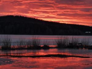 Bild över solnedgången över Brunnsjön i Hedemora den 3 mars. Foto: Jesper Eriksson.