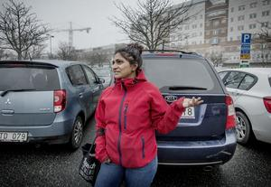 Elin Karlsson, undersköterska, är beroende av bilen för att ta sig till och från jobbet på USÖ. Hon bor i Björkhaga och får räkna med restid på uppemot 40 minuter, jämfört med tidigare 10 minuter.