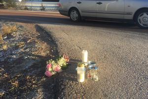 Blommor och ljus hade lämnats på olycksplatsen i Vångsgärde på lördagen.