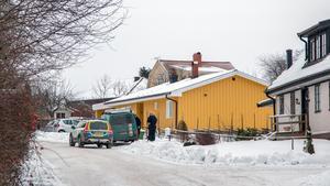 En polispatrull fanns på plats i villakvarteret där också polisens teknikers skåpbil stod parkerad.