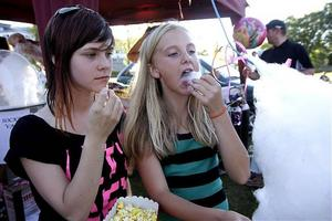 Laxfestivalen 2015 Emma Fahlén från Uppsala och Fanny Milde från Kramfors smakade på popcorn och sockervadd från kiosktältet på festivalområdet. De brukar alltid åka på Laxfestivalen och tycker att artisterna är roligast att se.
