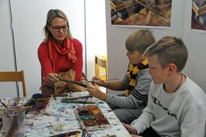 Besökarna fick som vanligt måla sina egna trollstavar, här Jenny, Erik och Liam.