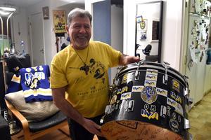 Kaspari Barota visar upp den trumma han använde under otaliga HV-matcher. I år firar profilen 40 år som supporter.