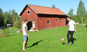 Otaliga fotbollsmatcher har spelats på gräsmattan hemma i Storsten.