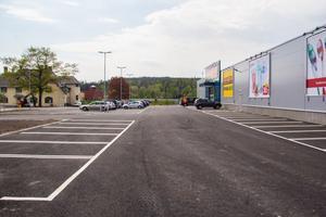 22 maj 2019. Har i dag blivit till ett asfalterat område, med den 2600 kvadratmeter stora, gråa handelslokalen som