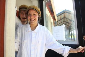 Filip Larsson och hans sambo Sara Runsten bjuder in till mejeriet på Filips pappas bondgård, som råvaran kommer från.