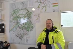 Peter Emretsson frmaför den stora kartan med liftar, nedfarter och snökanonsystem.