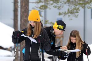 Julia och Ebba Tyve kollar vägval. Foto: Petra Pavlovska