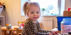 Lykke-Liv, 3 år, verkar trivas på öppna förskolan i Krylbo.