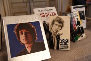 Bob Dylans verk uppställda i Börshuset i Stockholm. Hans Nobelpris har kritiserats häftigt av vissa. Foto: Jonas Ekströmer/TT