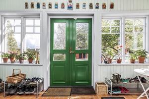 Entrén går genom en vacker glasveranda. Foto: Länsförsäkringar Fastighetsförmedling Ludvika