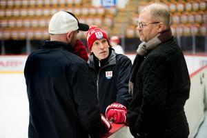 Fredrik Andersson i dialog med målvaktstränaren Peter Hirsch och sportchefen Kent Norberg.