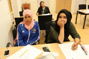 Deqa Abdullahi och Atena Nowrozi pluggar hårt för att uppnå sina drömmar. Deqa vill bli sjuksköterska och Atena vill bli doktor.
