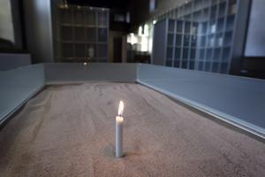 I en slags form kan man i sanden sätta fast ett ljus och tända det.
