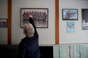 Väggarna inne på Mimmo's pizzeria i Västergård är fulla av hockeylagets lagbilder och matchtröjor. Pizzerian har länge varit SSK:arnas stammisställe.