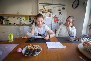 Mikaela Perotie och hennes mamma Anja funderar över Postnords miss.– Jag har ändå bott här i fyra år, säger Mikaela Perotie.