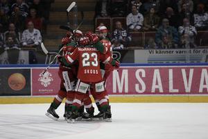 Mora och Jacob Nilsson jublar efter forwardens matchavgörande 3–2-mål borta mot Leksand. MIK-segern gör att det är kvitterat i direktkvalet till SHL.