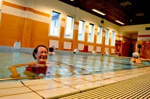 Säterbon Eva Haugen badar så ofta hon kan och hoppas att varmbadet får vara kvar.